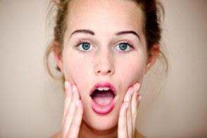 Jak zatuszować zmarszczki pod oczami makijażem?